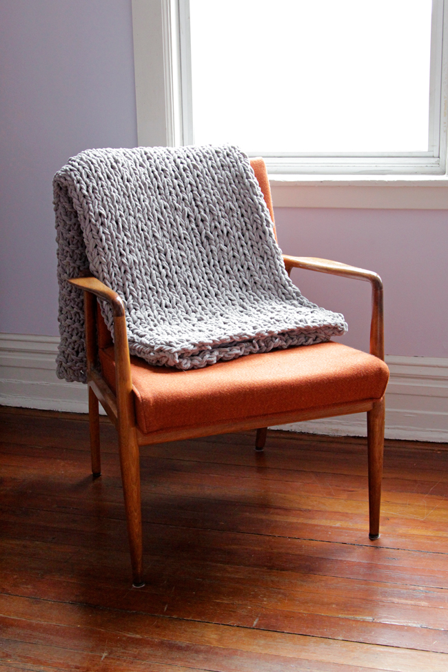 Click through for a free pattern for a Bulky Knit Throw!