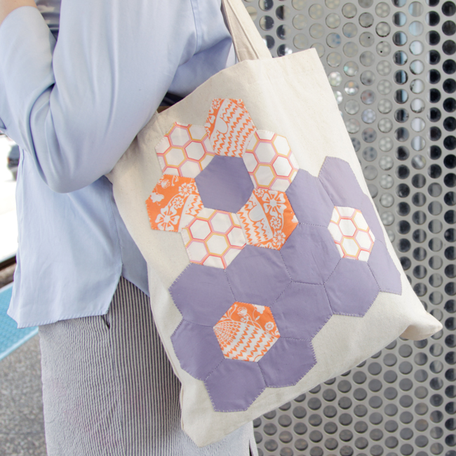 Click through for a Quilted Flower Tote tutorial and intro to English paper piecing. Fun, portable and easy!
