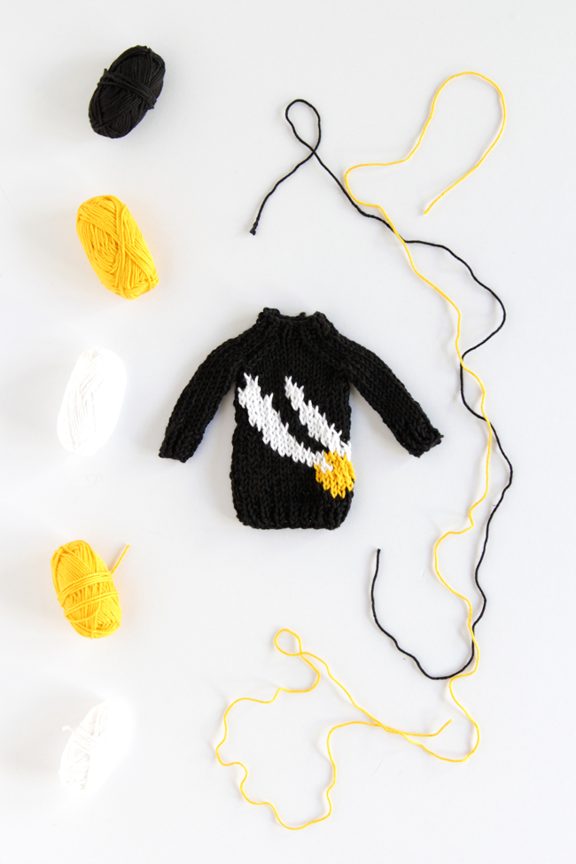 Click through to get this free Mini Golden Snitch Sweater Pattern!