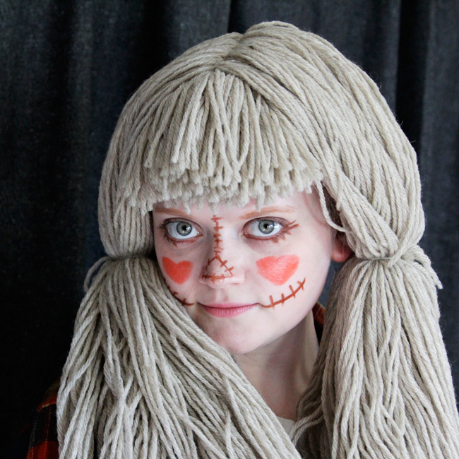 How to easily DIY a scarecrow costume with a yarn wig!