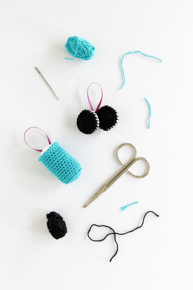 A set of crochet patterns for making super cute milk and cookies ornaments for your Christmas tree. Click through for the free patterns.