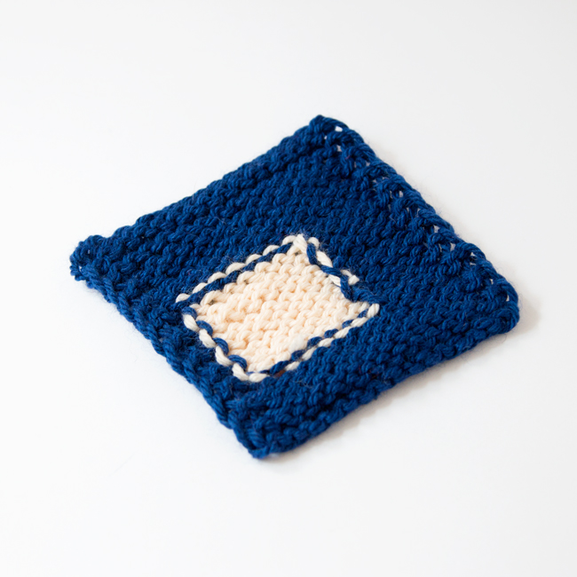 Intarsia 101: What is intarsia knitting, how it's different from stranded colorwork, and how to knit intarsia, featuring an in-depth video tutorial to demonstrate the technique for absolute beginners. Click through for this awesome tutorial.