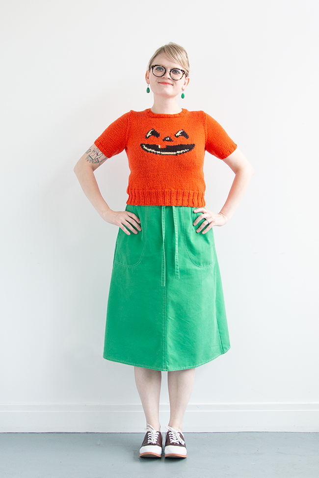 Just in time for Halloween! Get the free knitting chart for an adorable jack-o-lantern motif with intarsia or duplicate stitch. This free knitting pattern is just so much fun!